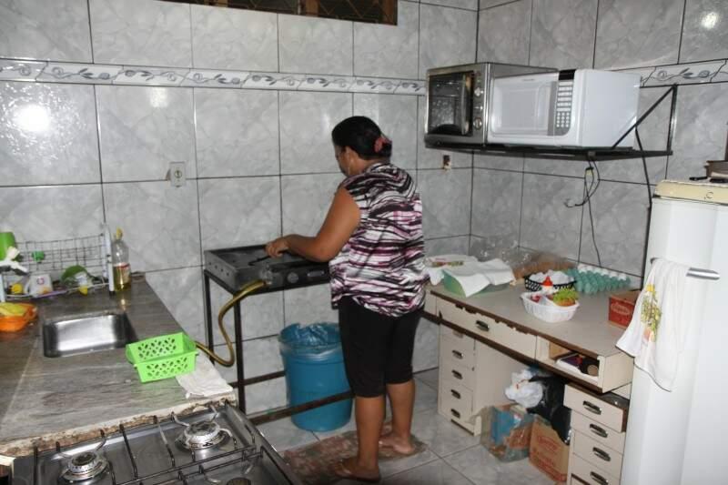 Lanches são feitos na cozinha da própria casa (Foto: Cleber Gellio)