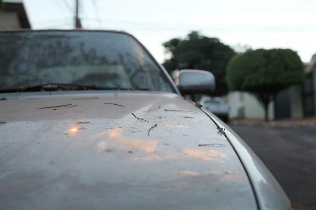Veículo empoeirado é uma das consequências da secura em Campo Grande. (Foto: João Paulo Gonçalves)