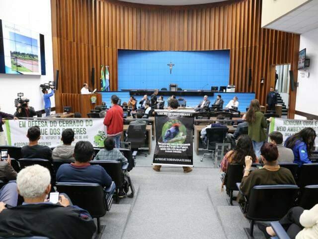 Participantes da audiência no plenário da Assembléia, esta noite. (Foto: Paulo Francis)
