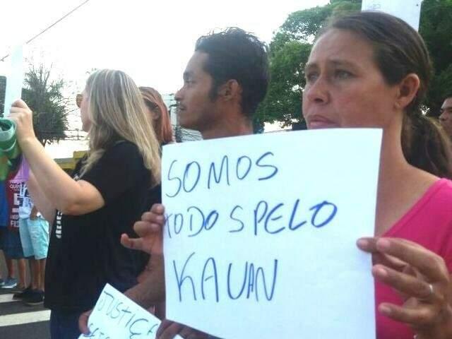Mãe de Kauan, ao lado do padrasto do menino, em protesto pedindo Justiça (Foto: Nyelder Rodrigues/Arquivo)