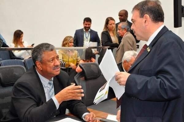 Deputados João Grandão (autor do projeto) e Paulo Siufi, durante sessão (Foto: Luciana Nassar/ALMS)