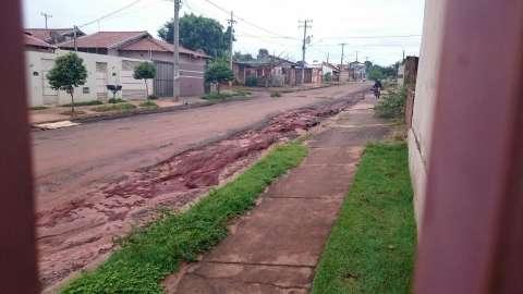 Buracos em rua causam acidentes e moradores protestam por melhorias
