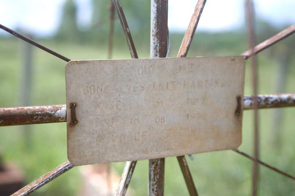 Na sepultura construída por Gonçalves para ficar ao lado da esposa, está apenas a lápide como representação simbólica do desejo que não pode ser atendido (Foto: Paulo Francis)