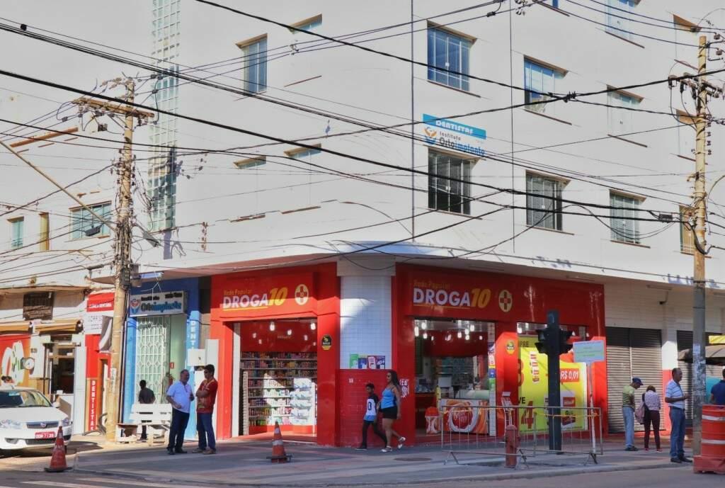 Depois de seis décadas, agora o prédio tem uma farmácia. (Foto: Henrique Kawaminami)