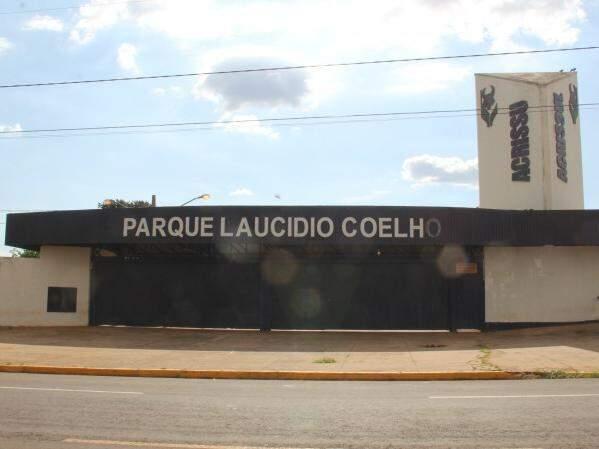 Fachada do Parque Laucídio Coelho, onde acontece a Expogrande; feira começou ontem. (Foto: Marcos Ermínio)