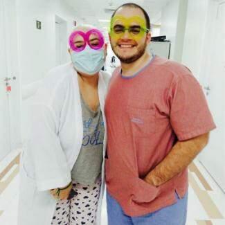Casal no hospital, em uma das séries de internações. (Foto: Arquivo Pessoal)