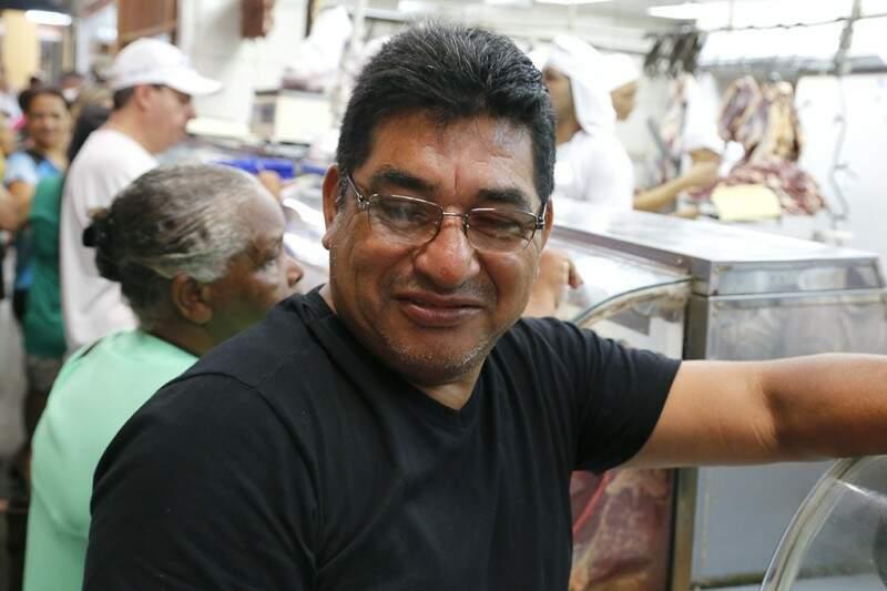 Depois das compras, Luís Carlos iria temperar as carnes e por para assar. (Foto: Gerson Walber)