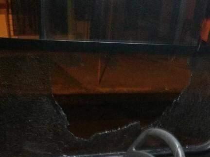 Janela foi danificada pelos vândalos (Foto: Direto das Ruas)
