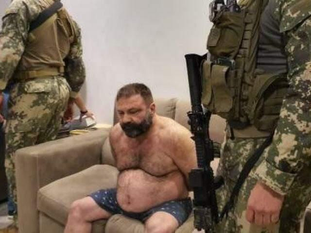 Levi Adriani Felício logo após ser preso no quarto e levado para a sala (Foto: Divulgação/Senad)