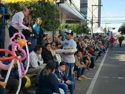 Mesmo com frio, desfile leva milhares ao Centro de Campo Grande