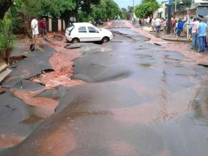 Município onde chuva arrancou asfalto e abriu cratera não decretará emergência