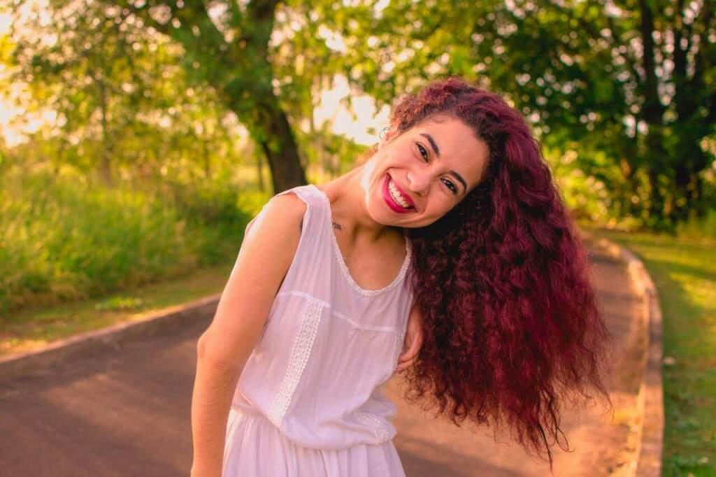 Hoje a estudante se diz muito mais a vontade com a cabelo cacheado e não se obriga a passar cremes e fazer fitagem nos fios. (foto: Henrique Drobnievski)