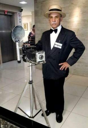 Nilson desempenhando o papel de retratista, com a câmera dos anos 1930. (Foto: Acervo Pessoal)