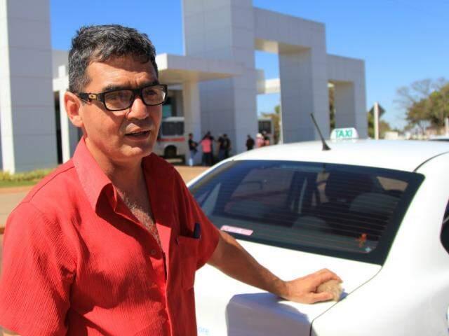 O taxista Reginaldo Medeiros lembrou ser preciso colocar uma área especial destinada aos veículos de transporte de passageiros na saída das universidades (Foto: Marina Pacheco)