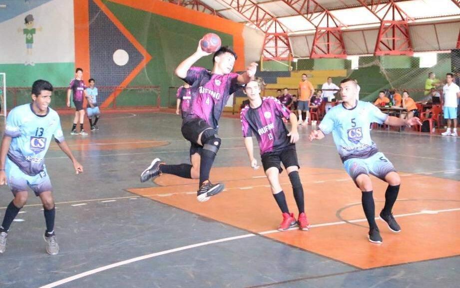 Jogos de handebol e futsal estão sendo disputados em Coxim (Foto: Mauro Resstel - Fundesporte)