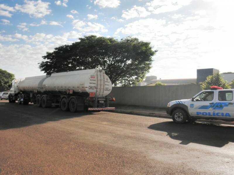 Carreta estava carregada de gasolina (Foto: Divulgação/PMA)