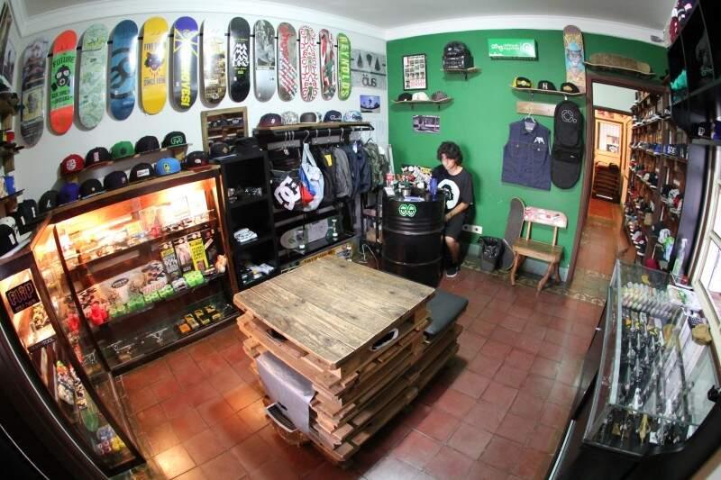 De peças a vestuário, a loja integra um pouco de tudo do universo do skate. (Foto: Marcos Ermínio)