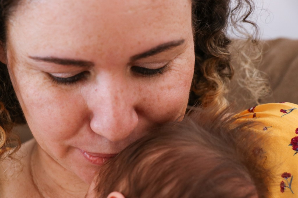 Rita com a filha de 1 mês no colo. (Foto: Henrique Kawaminami)