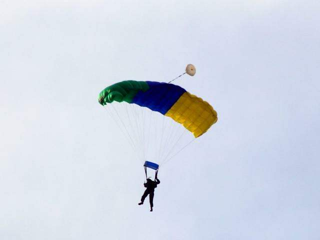 Militar saltando de paraquedas, na região da Base Aérea, nesta manhã de céu claro. (Foto: Marcos Ermínio)