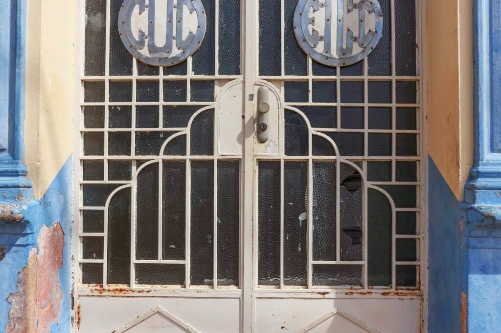 Além de quebrada, porta de vidro e ferro não é original, segundo arquiteta (Foto: Henrique Kawaminami)