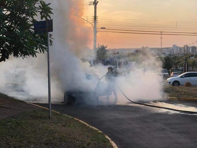 Bombeiro controla incêndio em carro rapidamente (Foto: Direto das Ruas)