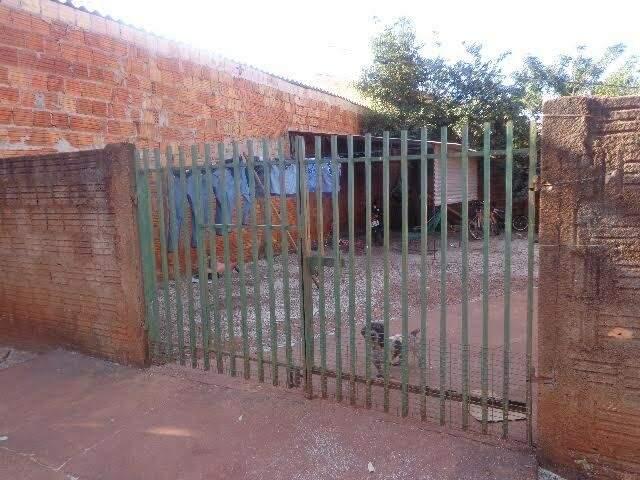 Quintal de casa vizinha a empresa ficava forrada de resíduos (Foto: Divulgação/PMA)