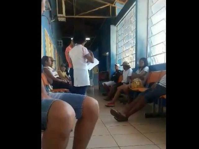 Pacientes aguardando atendimento no CRS Nova Bahia. (Foto:Direto das Ruas)