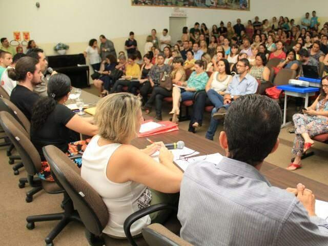 Cerca de 200 profissionais da educação acompanharam as palestras na Semed (Foto: Marcos Ermínio)