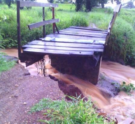 Cabeceira da ponte foi destruída pela força da água em Bela Vista. (Foto: Direto das Ruas)