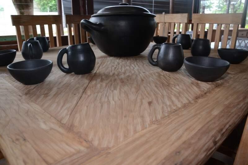 Na mesa, o acabamento ressalta as ranhuras da madeira.