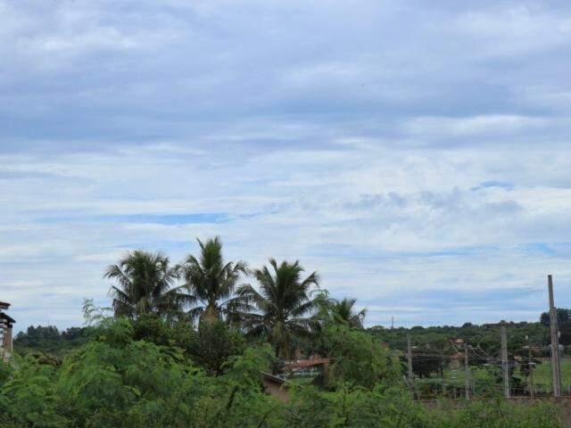 Céu de Campo Grande com muitas nuvens nesta tarde (Foto: Henrique Kawaminami)