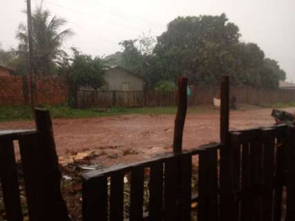 Chuva alaga bairros e ruas viram rios em Campo Grande