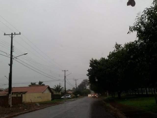 Em Dourados, chuva acumulada desde ontem é de 11 milímetros (Foto: Helio de Freitas)