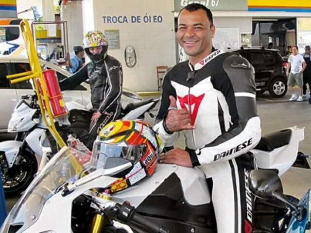 Cafu com sua BMW S1000 RR e uniformizado no estilo moto-speed-power-ranger. Nesta sexta, às 14h, ele vai mostrar sua habilidade de motoqueiro na pista do autódromo de Campo Grande (Foto: Fundação Cafu/Divulgação)