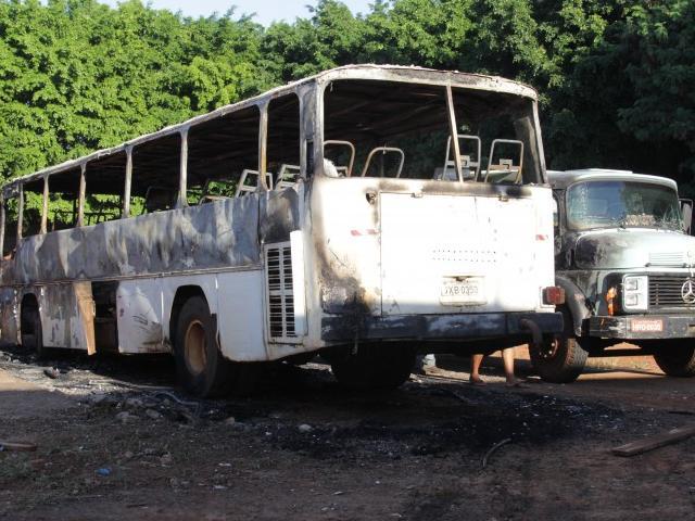 O ônibus foi incendiado na madrugada de hoje e pertencia a uma associação de militares (Foto: Marcos Ermínio)