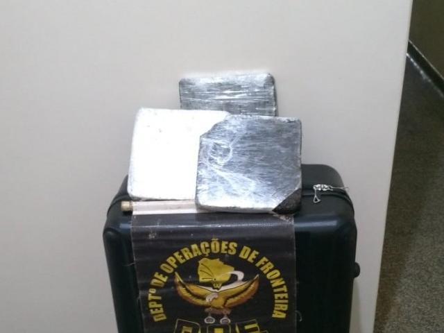 Tabletes de droga encontrados na mala da menina. (Foto: Divulgação)