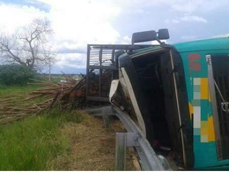 Carreta tombou e motorista ficou preso na cabine. (Foto: Rádio Caçula)