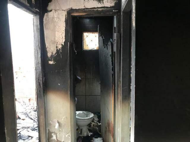 Um dos cômodos queimados em residência no Zé Pereira (Foto: Ronie Cruz)