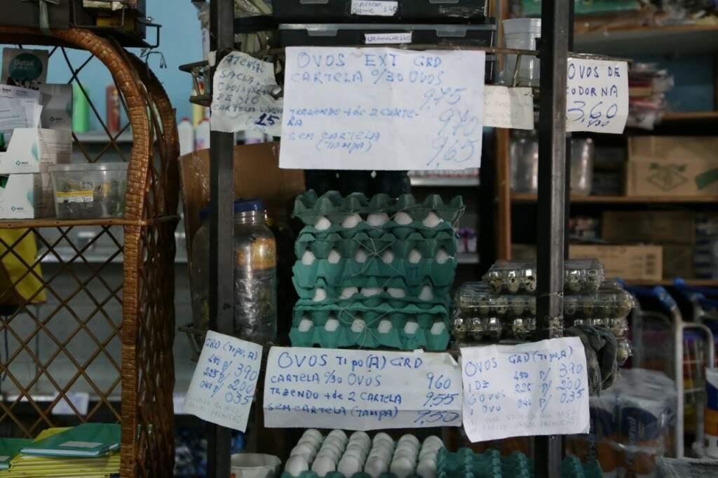 Papel Sulfite com informações sobre os valores dos ovos (Foto: Kisie Ainoã)