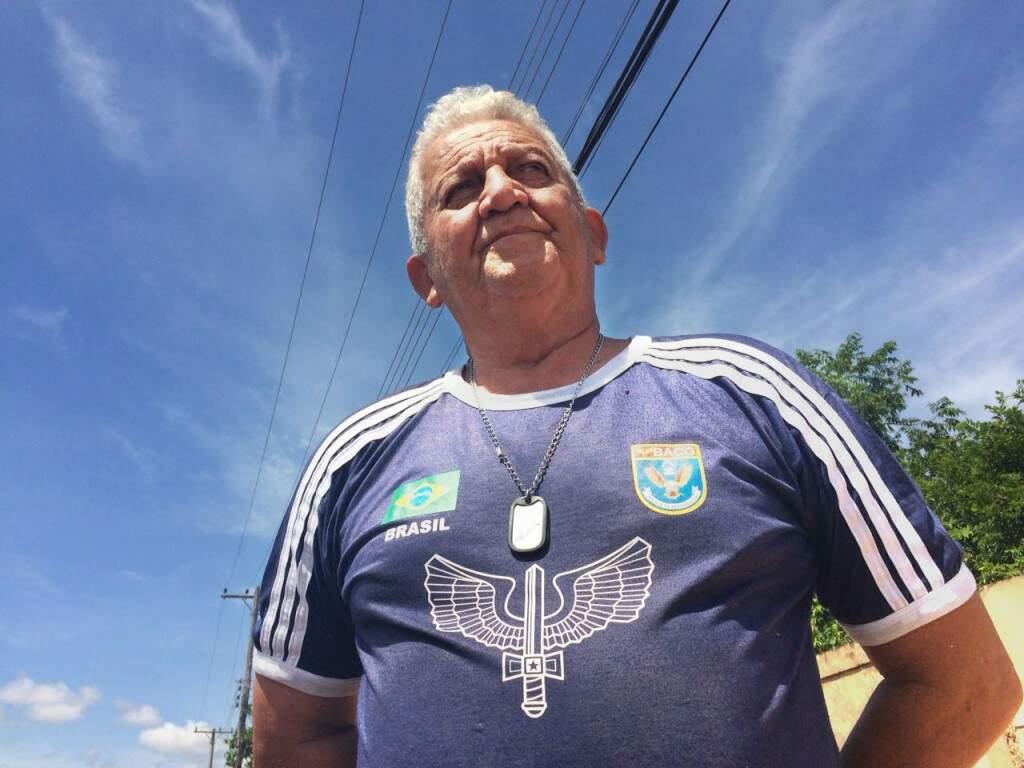 Colar e camiseta com distintivo que ele não abre mão. (Foto: Thailla Torres)