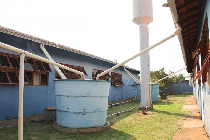 Sistema montado na Escola Paniago para receber a água da chuva que escorre do telhado. (Foto: Marcos Ermínio)