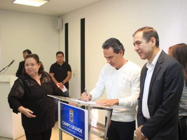 Prefeito assinando o programa de Financiamento à Infraestrutura e ao Saneamento (Foto: Marina Pacheco)
