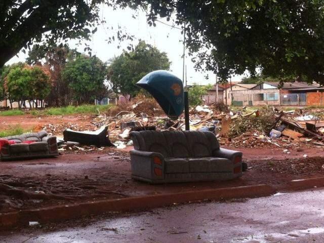 Até sofá jogado em área de antiga favela. (Foto: Direto das Ruas)