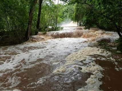 Cheia e rio turvo após chuva interditam balneários e gruta em Bonito