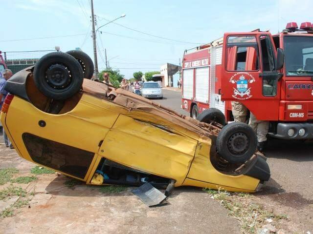 Veículo capotou com o impacto da batida. (Foto: Simão Nogueira)