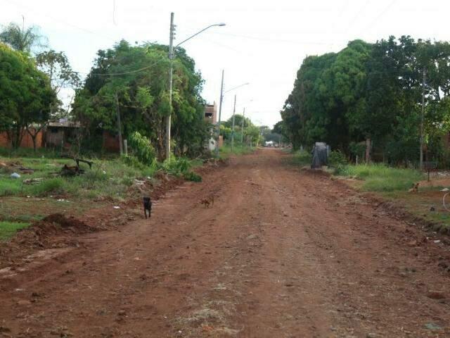 A Rua Javaperi, assim como as demais do bairro, não possui asfalto e beira a insegurança (Foto: Fernando Antunes)