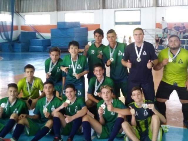 Equipe masculina do Raul Sans de Matos exibe medalha de campeão (Foto: PMCG/Divulgação)
