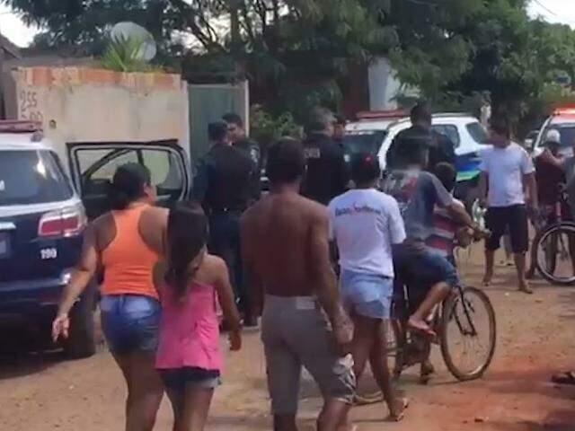 Moradores tentam se aproximar do suspeito que foi preso em flagrante por estuprar menina de 11 anos (Foto: reprodução/vídeo)