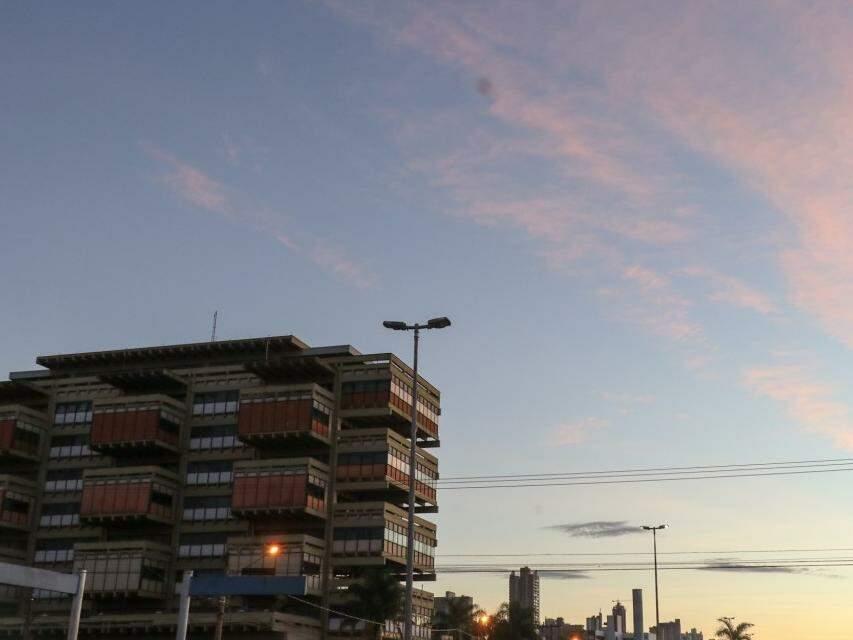Céu amanhecendo na Fernando Correa da Costa, uma das avenidas mais movimentadas de Campo Grande (Foto: Henrique Kawaminami)