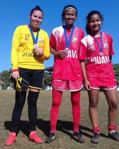 Meninas do Colorado exibem medalhas de torneio de bairro (Foto: Divulgação)